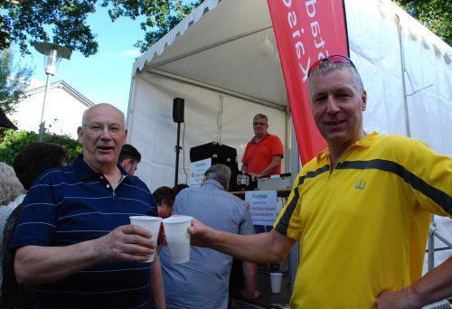 Ein Prost auf die Dansenberger Kerwe. Darauf stießen der stellvertzretende Ortsvorsteher Hermann Diem und Beigeordneter Peter Krämer an. Dieser war ganz sportlich im Fahrraddress erschienen.