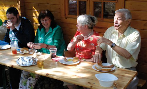 Vor dem Häuschen bei strahlendem Herbstwetter ließen sich die Gartenfreunde Suppe, Würstchen und Kuchen schmecken.